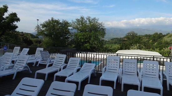 Norcenni Girasole Club : Vista verde da piscina
