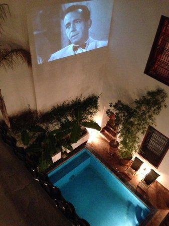 Riad l'Orangeraie : 2階からの眺め。夜になるとカサブランカが上映されていました。