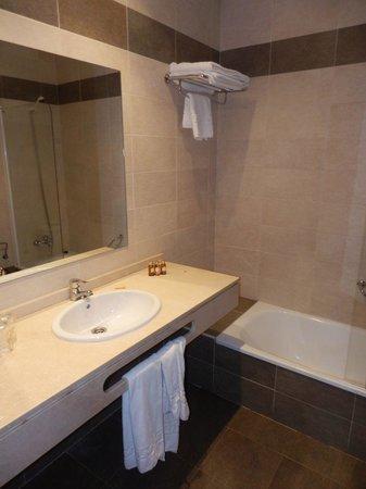 Infantas de Leon Hotel: Hotel bathroom