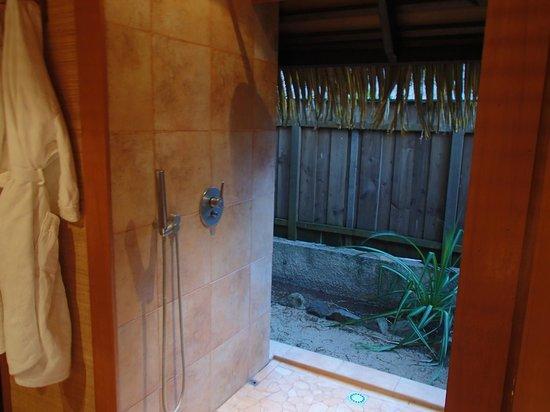 Relais Mahana : douche donnant sur l 'exterieur