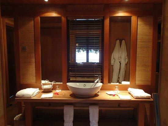 Relais Mahana : salle de bain du bungalow