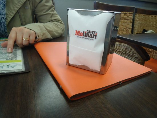Gelateria Bar Maleti: mesa interna