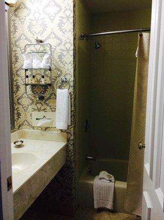 East Bay Inn: Nice bathroom
