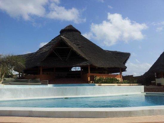 Ora Resort Watamu Bay : il ristorante vicino alla spiaggia e le due piscine limitrofe