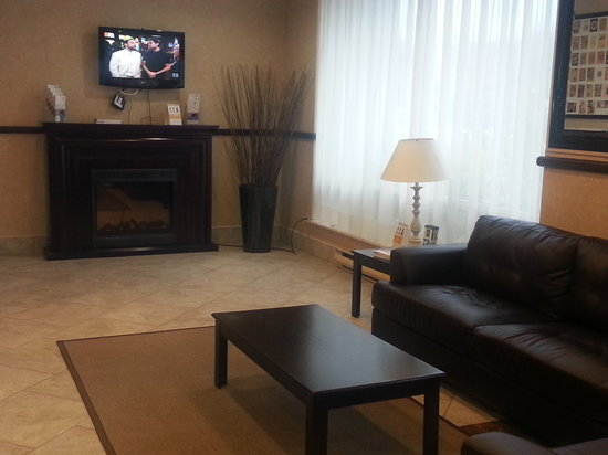 Brantford Hotel & Suites: Spacious Lobby