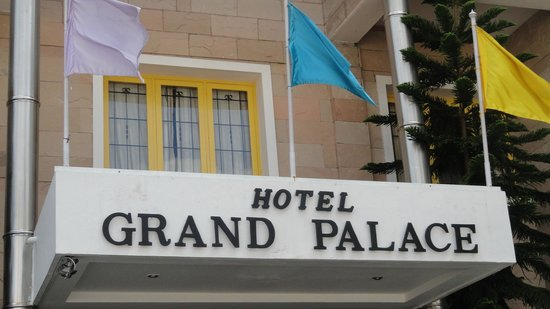 Hotel Grand Palace: VIEW FROM THE PARKING
