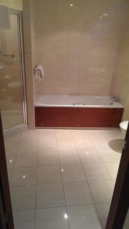 Macdonald Drumossie Hotel: Spacious Bathroom