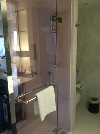 Citrus Sukhumvit 13 by Compass Hospitality: Glass door in the bathroom
