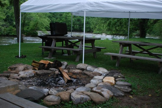 Two Rivers Lodge: Grilling area!