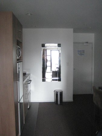 Waldorf St. Martins Apartment Hotel: small kitchen area