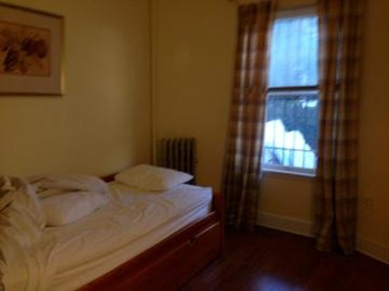 Midwood Suites : Second bedroom, with trundle bed.