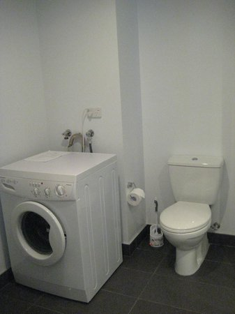Waldorf St. Martins Apartment Hotel: bathroom come with washing machine/dryer