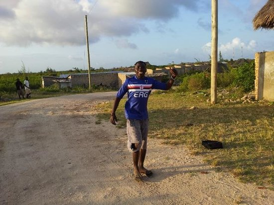 Gede, Kenya: Kenya del Kenya palleggia con una palla di foglie
