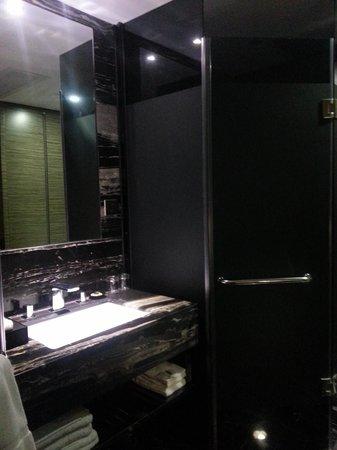 La Perle International Hotel: Separate Washroom and Shower