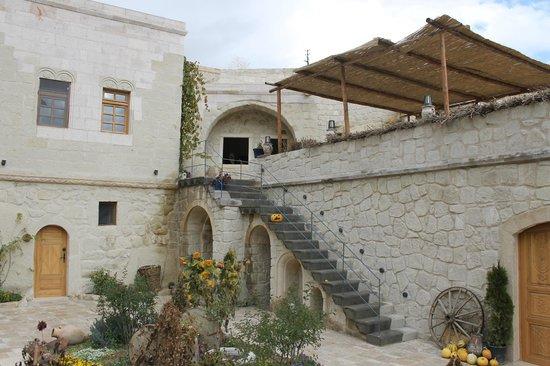 Queens Cave Cappadocia : bahçeden odaların görünümü