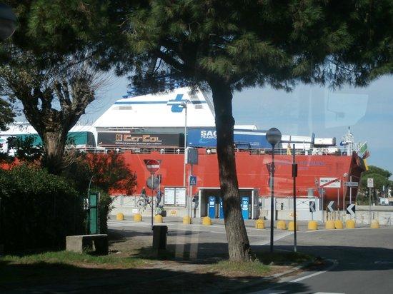 Marina di Ravenna, Italia: Passano grosse navi a Marina!