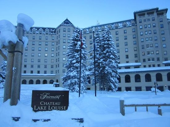 Fairmont Chateau Lake Louise: Fairmont Hotel - Front View