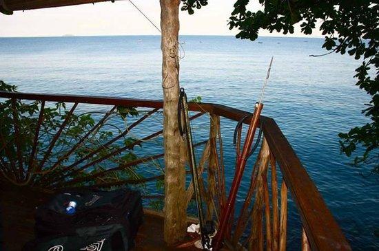 Nosy Komba Lodge: Vue du bungalow sur pilotis