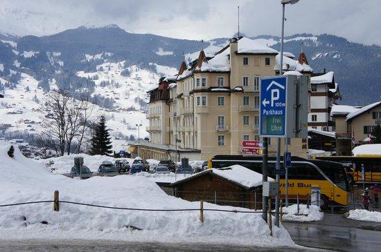 Grand Hotel Regina Grindelwald : Hotel vu de la gare routière