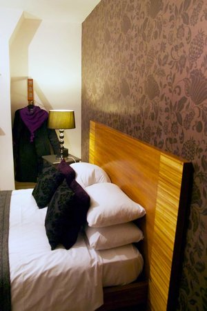 Hotel One Hundred: Room 5, with black and purple decor