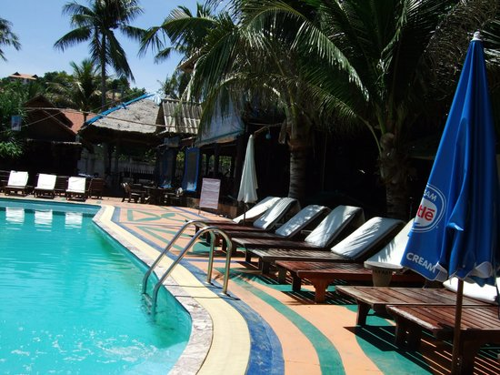 Lanta Palace Resort & Beach Club: Seating area around pool