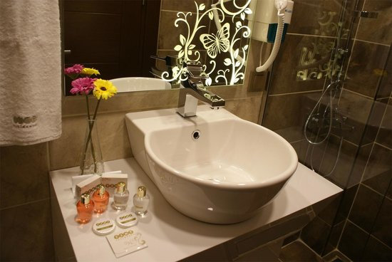 Tint Residence: Bathroom