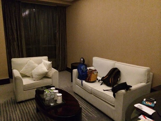 Xindao International Hotel: Seating area in triple / family room