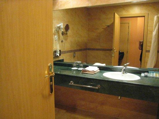 Senator Cadiz Spa Hotel : la salle de bains