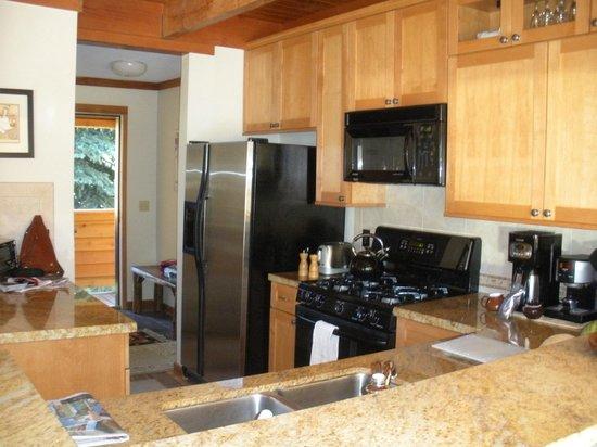Aspen Ridge Condominiums: Fully equipped kitchen