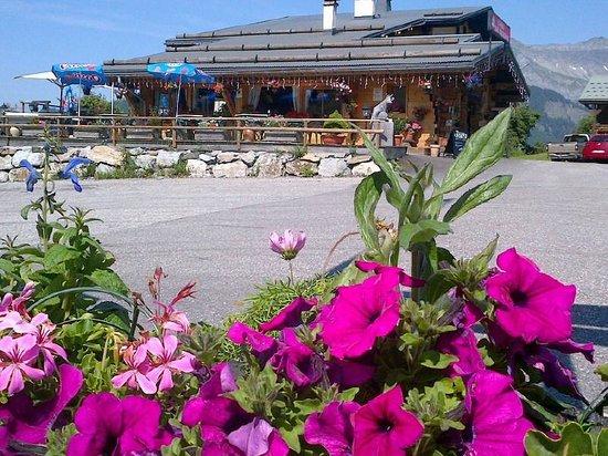 Restaurant L'Aberu : vue extérieur terrasse parking privé