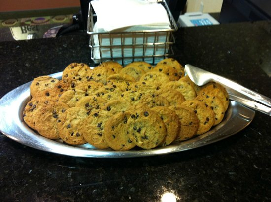 Best Western Plus Victor Inn & Suites: cookies at reception