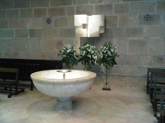 """San Sebastian - Donostia, Spain: Basílica de Santa Maria. """"ARQUITECTURA y LUZ"""": Conjunto en alabastro. E.CHillida"""