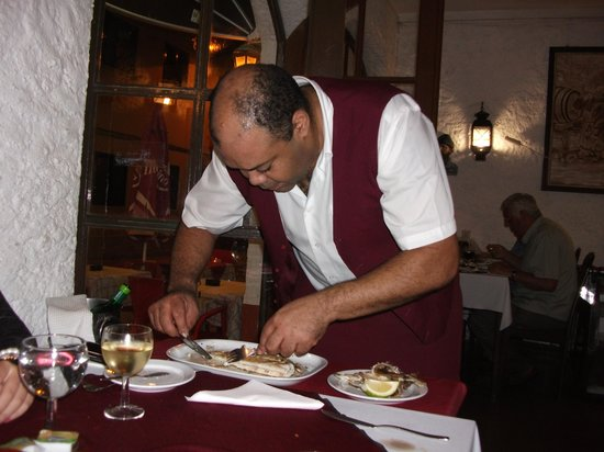 Restaurante A Grelha : Sole being filleted at the Table