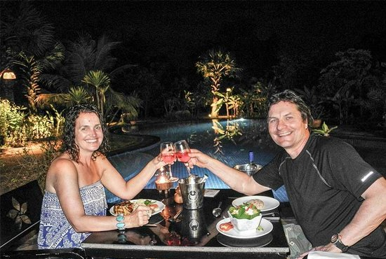 Battambang Resort : Poolside dining - washing down a delicious fish amok with a fresh Rose'
