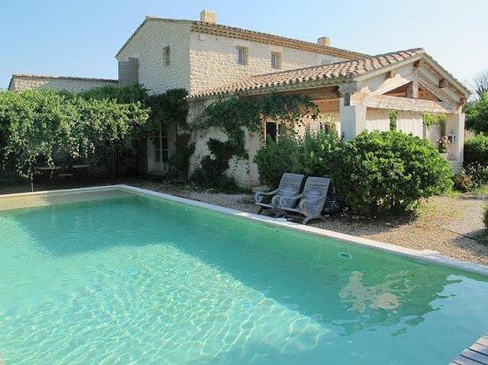 Le Mas des Etoiles : Vista da piscina.