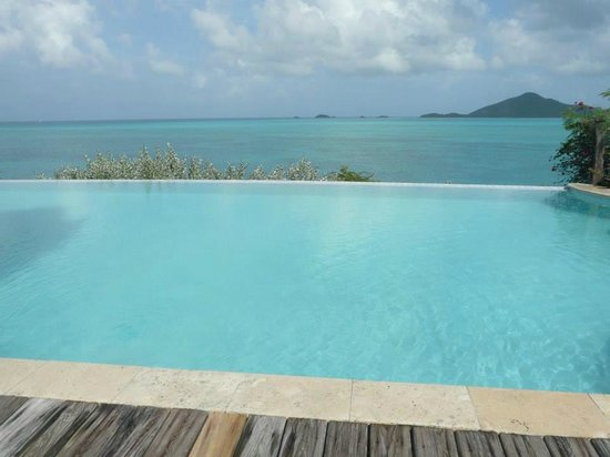 Cocobay Resort: Main infinity pool by the restaurant and bar