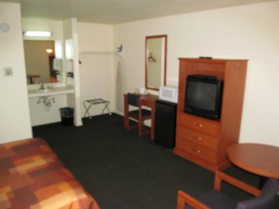‪نورث باي إن سانتا روزا: North Bay Inn, Santa Rosa: room with desk, TV and wash basin‬