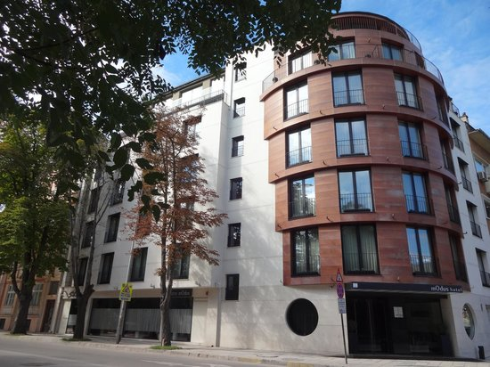 mOdus Hotel: Vue de la rue (entrée parc)