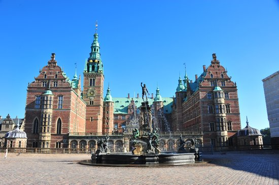 Frederiksborg Castle: Fountain in the castle courtyard