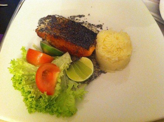 Cosmos 100 Hotel & Centro de Convenciones: Delicioso salmão com molho de mel com sementes....