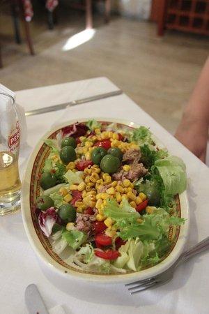 Trattoria Medina: салат с тунцом