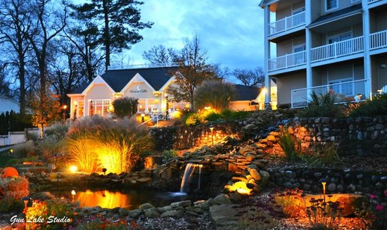 Bay Pointe Inn & Restaurant: Lakefront at Dusk