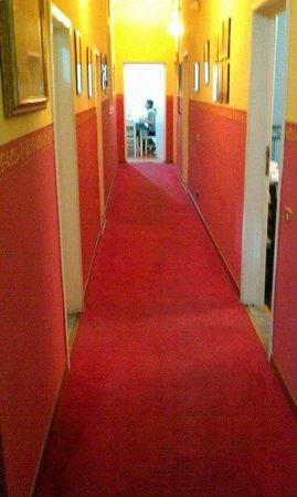 Franz House: Corridor et Salle Breakfast au fond