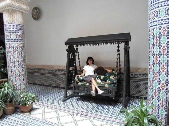 Riad Salam Fes : Petite balancelle à l'entrée dans le patio