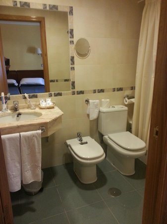 Hotel Las Moradas: Baño amplio y actual.