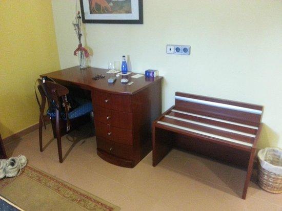 hotel las moradas mobiliario habitacion muy moderno y de gran capacidad