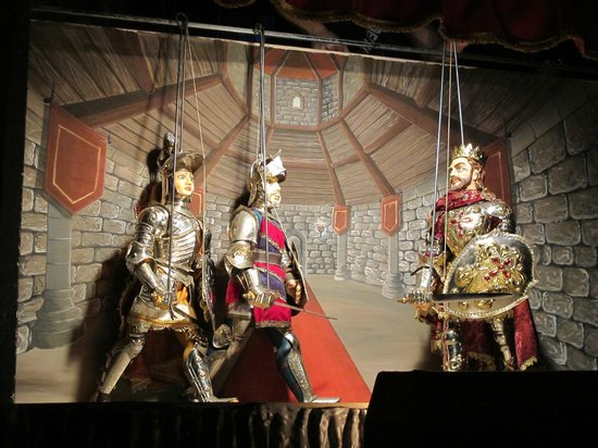 Puppet Theatre : Fine craftmanship and costumes