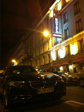 Hotel Apollinaire: Looking at the front entrance at night