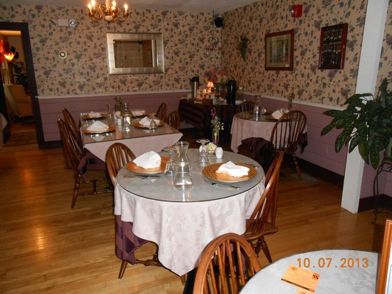 Buttonwood Inn on Mount Surprise : Country Charm Dining Room