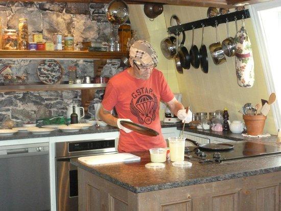 Maison La Chapeliere : Claude Cooking Crepes